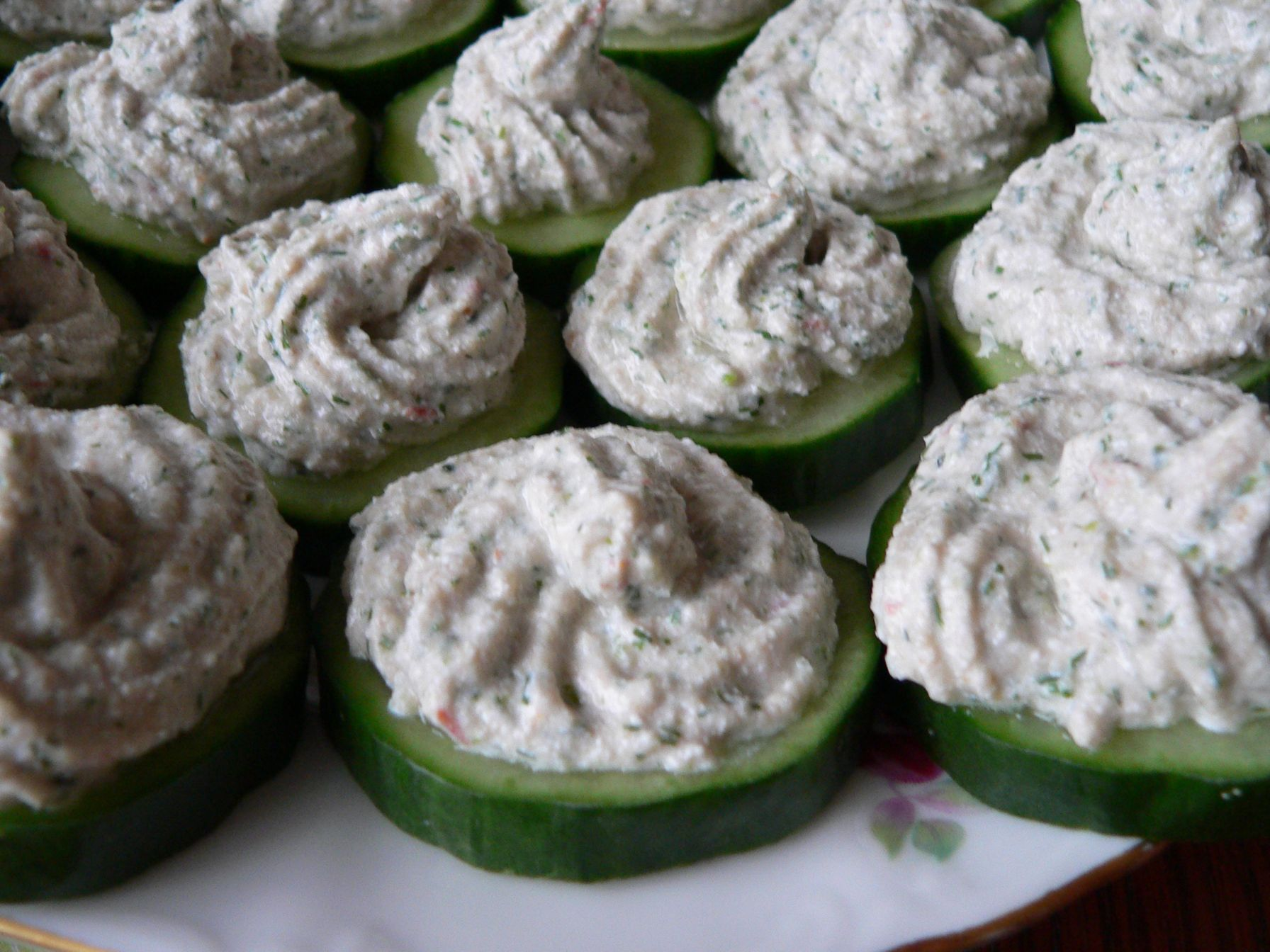 Cucumber bites with cottage cheese