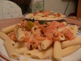 Makaronai Penne su pomidorais ir grietinėlės padažu