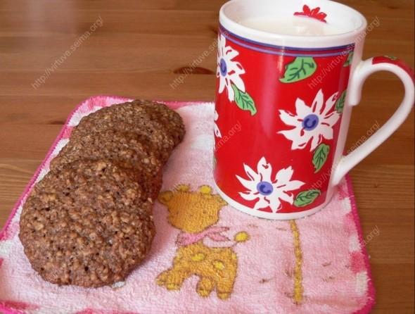 Avižiniai sausainiai su kakava ir graikiniais riešutais