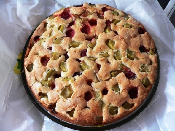 Braškių ir rabarbarų pyragas