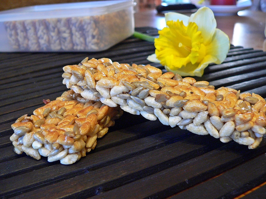 Puffed rice with sunflower seeds and honey