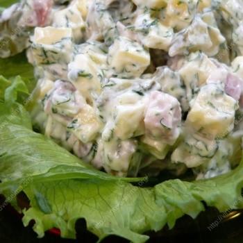 Sočiosios sūrio ir kumpio salotos