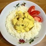 Vištienos ir ryžių salotos su kariu