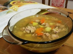 Maltos mėsos sriuba su marinuotais agurkais