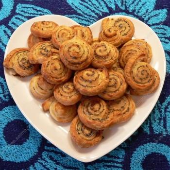 Sluoksniuotos tešlos sausainiukai su aguonomis