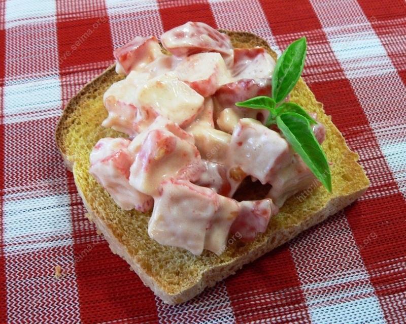 Krabų lazdelių salotos su pomidoru
