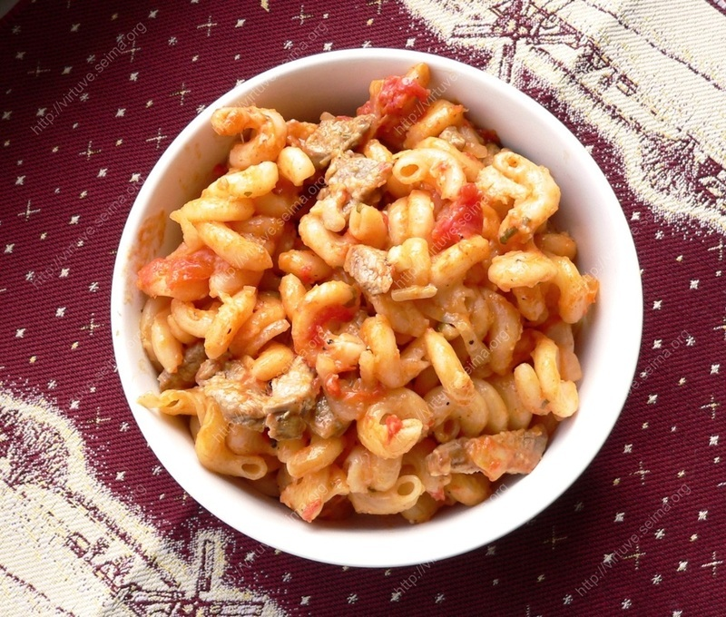 Pasta with cheese and tomatoes sauce