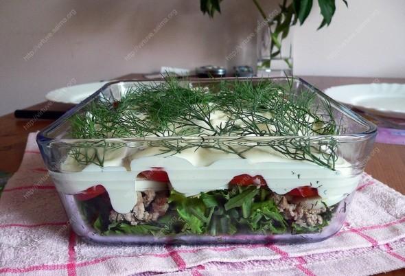 Sluoksniuotos salotos su malta mėsa