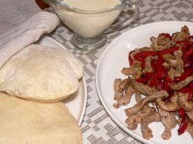Pipirinė kiauliena pitoje su česnakiniu padažu