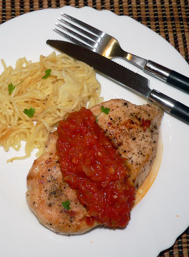 Vištienos krūtinėlė su naminiu pomidorų padažu