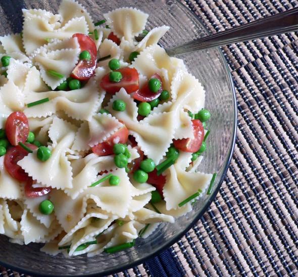 Makaronų salotos su žaliaisiais žirneliais ir pomidorais
