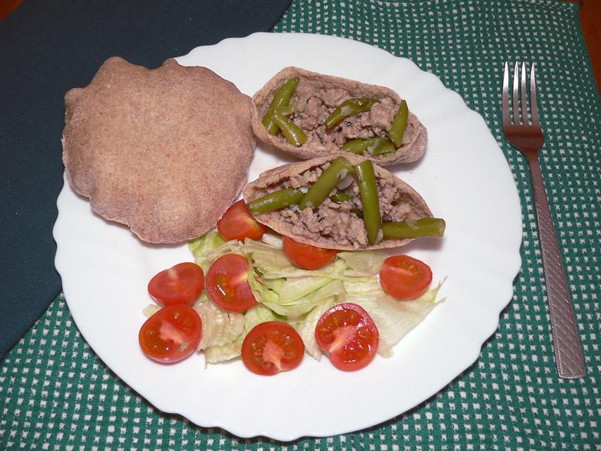 Maltos kiaulienos ir šparaginių pupelių troškinys rupių kvietinių miltų pitoje