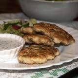 Chopped chicken cakes with yoghurt sauce