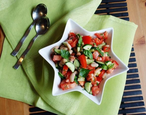 Pupelių, pomidorų ir agurkų salotos
