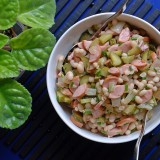 Pupelių salotos su marinuotais agurkais ir dešrelėmis