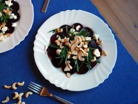 Burokėlių, anakardžių ir fetos sūrio salotos