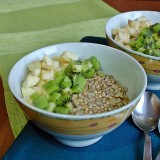 Žaliavalgių grikių ir saulėgrąžų košė su vaisiais