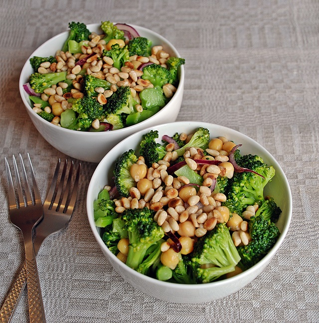 Brokolių ir avinžirnių salotos su kedrinėmis pinijomis