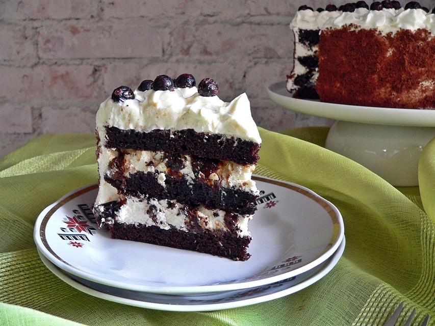Šokoladinis tortas su riešutai ir slyvomis