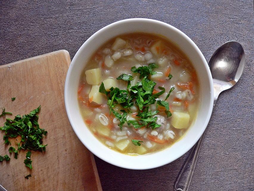 Močiutės perlinių kruopų sriuba